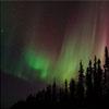 阿拉斯加壮丽景象:极光与星轨交相辉映